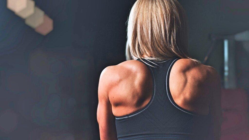 筋トレで鍛え上げた女性の背中