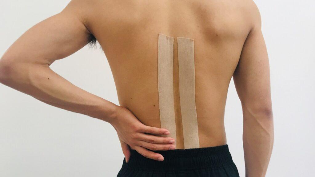 腰痛 テーピングをする男性