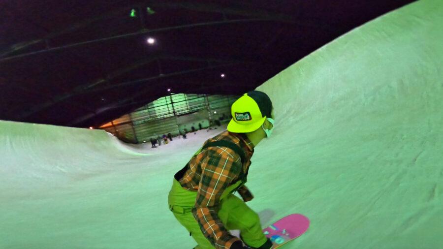 自撮りしながらハーフパイプを滑る藤沼到プロ@カムイみさかスキー場