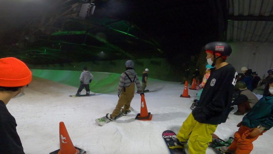 カムイみさかスキー場サマーシーズンハーフパイプ スタートエリアで順番を待つスノーボーダー