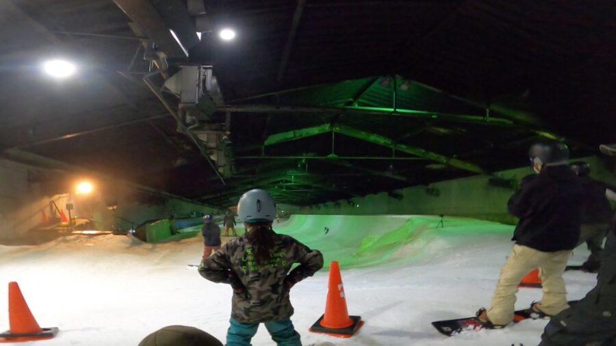 カムイみさかスキー場サマーシーズンハーフパイプ ドロップインの順番を待つスノーボーダー