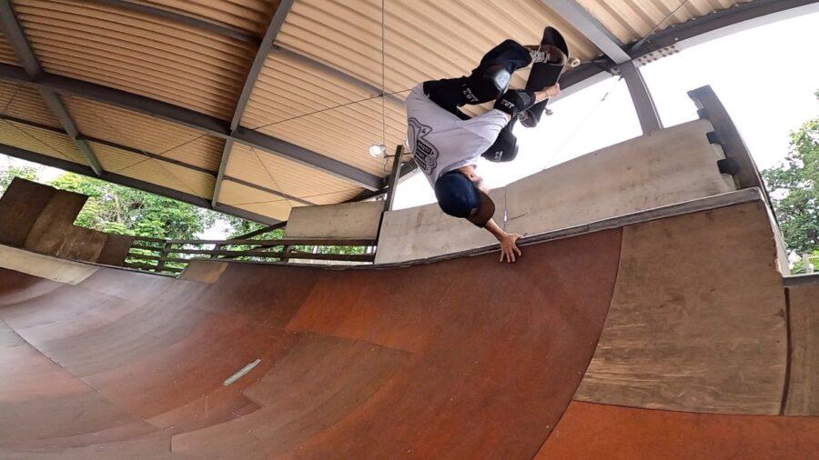 スケートボードショップマウナ・スケートパークでハンドプラントをキメるプロスノーボーダー藤沼到
